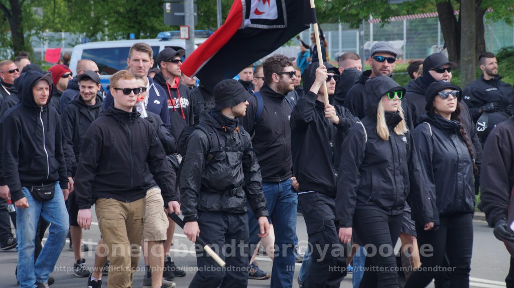 Leon Ringl (braune Hose) mit Mitgliedern des Nationalen Aufbau Eisenach (Fahne) am 1.5.2018 in Erfurt