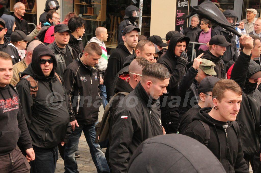 1.v.r. mit schwarzer Cap: Leon Ringl, am 1.5.2016 in Plauen